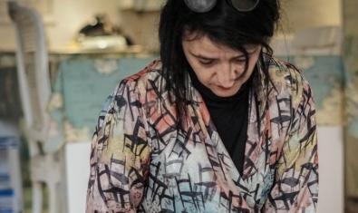 La artista retratada mientras pinta una de sus obras