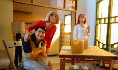 Tres de las figuritas que hacen de protagonistas de este montaje de cine en directo dentro de la maqueta de una casa