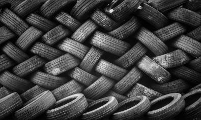 Imatge de pneumàtics acumulats