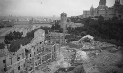 Imatge del procés de construcció del Poble Espanyol, abans de la seva inauguració el 1929