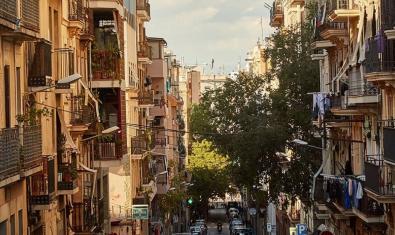 Vista d'un dels carrers del barri amb els balcons plens de roba estesa