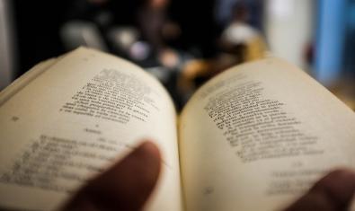libro de poesía abierto