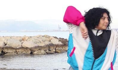 Una de las participantes en la experiencia ensaya una coreografía junto al mar