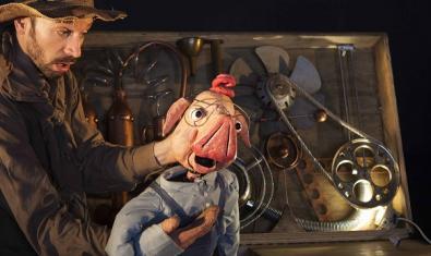 Fotografia d'un actor amb el titella del porc
