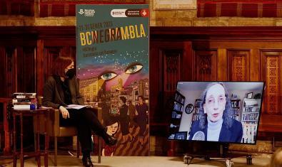L'escriptora Joyce Carol Oates conversa per videoconferència amb la periodista Anna Guitart en l'acte de lliurament del Premi Pepe Carvalho