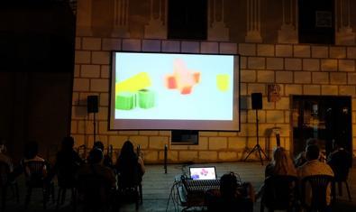 Una projecció a l'aire lliure a la plaça de Can Basté