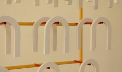 Una de les obres de l'exposició Un estampat creat a partir de formes de ferradura