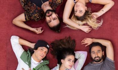 Els cinc protagonistes del muntatge retratats estirats al terra i vistos des de dalt