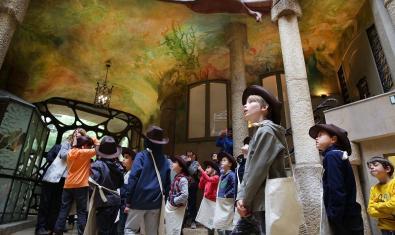 Els i les visitants, al vestíbul de La Pedrera.