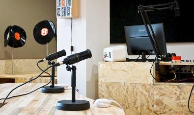 Una imatge dels estudis de la emissora amb dos micros en primer pla
