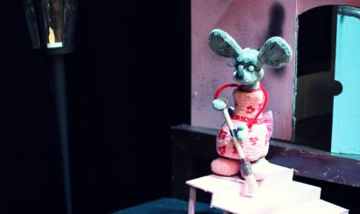 El títere de la ratita barriendo