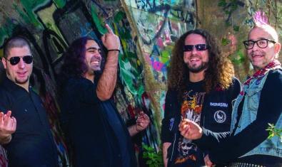 Els membres de la banda retratats en un túnel ple de pintades