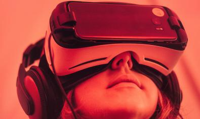 Una chica experimenta con unas gafas de realidad virtual acopladas a un teléfono móvil