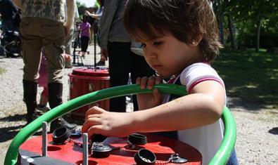 Una nena jugant amb una de les peces de recicloperats