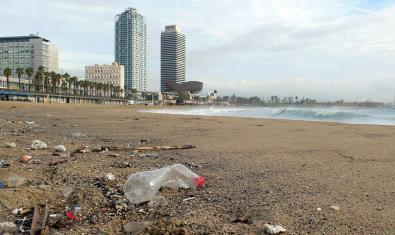 Residuos en la playa del Somorrostro