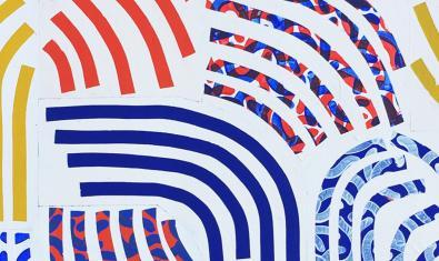 Uno de los patrones repetitivos formados por rayas de colores que crea la artista