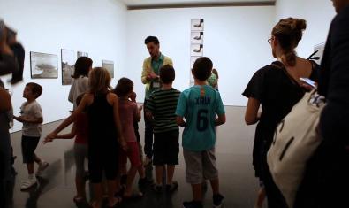 Grups d'infants a l'exposició de fotografia del MACBA