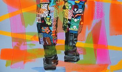 Uno de los retratos expuestos muestra las piernas y los pies de la persona retratada