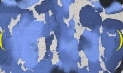 Una de las obras de la artista que representa un estampado de camuflaje con manchas marrones y azules