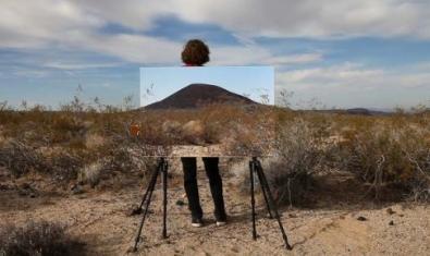 El artista formando parte de una de sus creaciones donde se ve un paisaje con una imagen de un fragmento del mismo paisaje montada sobre un caballete