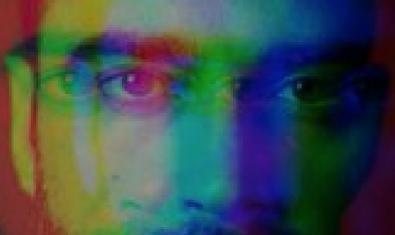 Una imagen de primer plano del protagonista con filtros de colores