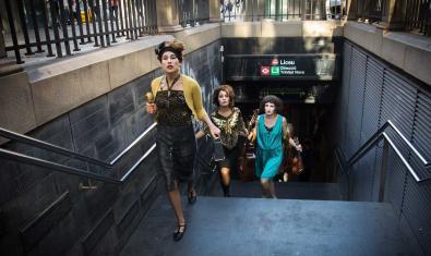 Les tres germanes vestides de festa i sortint d'una boca de metro