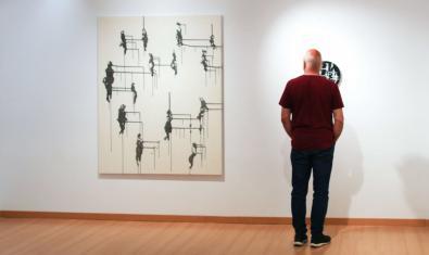 Un visitante contempla una de las obras de la artista expuesta en el Piramidon