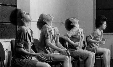 Cuatro intérpretes de la compañía Rosas interpretan una coreografía sentadas en unas sillas