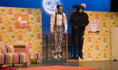 Los dos actores protagonistas saltando en el escenario