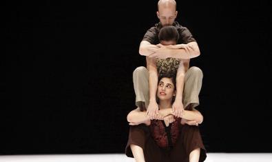 Els tres ballarins que posen en escena la coreografia pujats l'un sobre les espatlles de l'altre