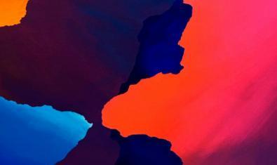 Manchas de color en tonos rojos y azules en una de las creaciones expuestas