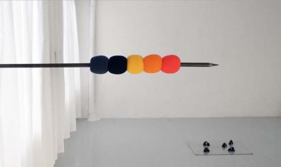 Una obra de l'artista Oier Etxeberria que mostra una mena de banderilla amb tot de boles de colors clavada a la paret