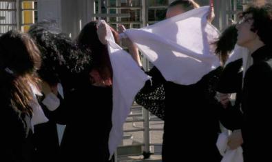 Un fotograma d'un film flamenc que mostra uns ballarins amb mocadors blancs a la mà