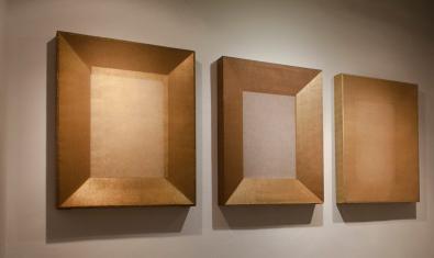 Tres de las obras de la exposición donde aparecen enmarcados lienzos sin ningún elemento figurativo o cubiertos por transparencias