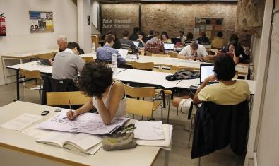 Personas estudiando en una biblioteca de Barcelona