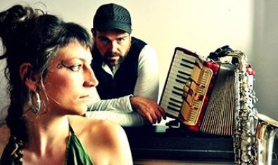 Los dos intérpretes del espectáculo retratados con un acordeón