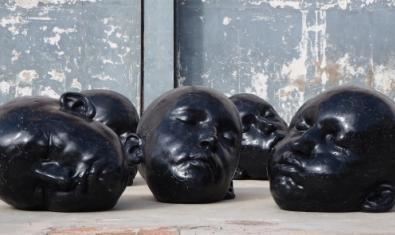 Un conjunto de cabezas de color negro forman una de las series que se exhiben estos días a la galería barcelonesa
