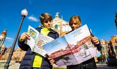 Dos visitantes, consultando el mapa.