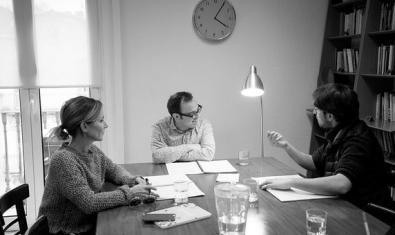 El director y los intérpretes de 'Sàpiens' en el transcurso de una sesión preparatoria de la obra