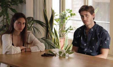 Una de les parelles protagonistes asseguda en un espai interior i envoltada de plantes