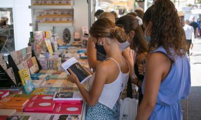 Visitants de l'edició de l'any passat de La Setmana del Llibre en Català