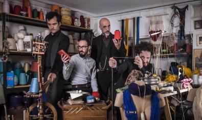 Els integrants de la formació retratats en un taller de costura