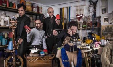 Els membres de la banda retratats dins d'un magatzem ple d'andròmines