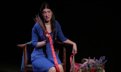 Retrato de la actriz Verónica Isola sosteniendo un ramo de espliego