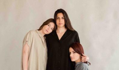 Las tres integrantes de la compañía retratadas en grupo abrazadas las unas a las otras