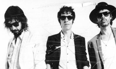 Un retrato de primer plano de los tres miembros de la banda