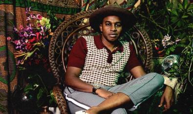L'artista retratat a la portada del seu últim disc amb un barret i envoltat de plantes
