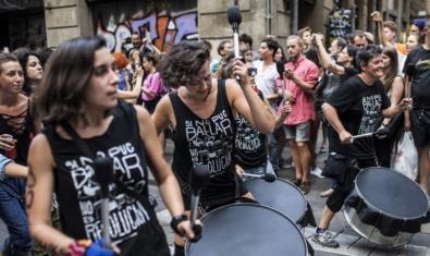 El col·lectiu femení de batucada en plena actuació en un carrer de la ciutat