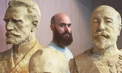 El performer Pere Jou rodeado de las esculturas modernistas de Miquel Blay