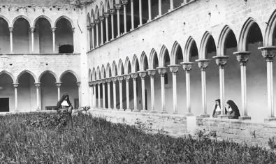 Fotografia en blanc i negre del claustre del Monestir de Pedralbes al tombant del segle XX